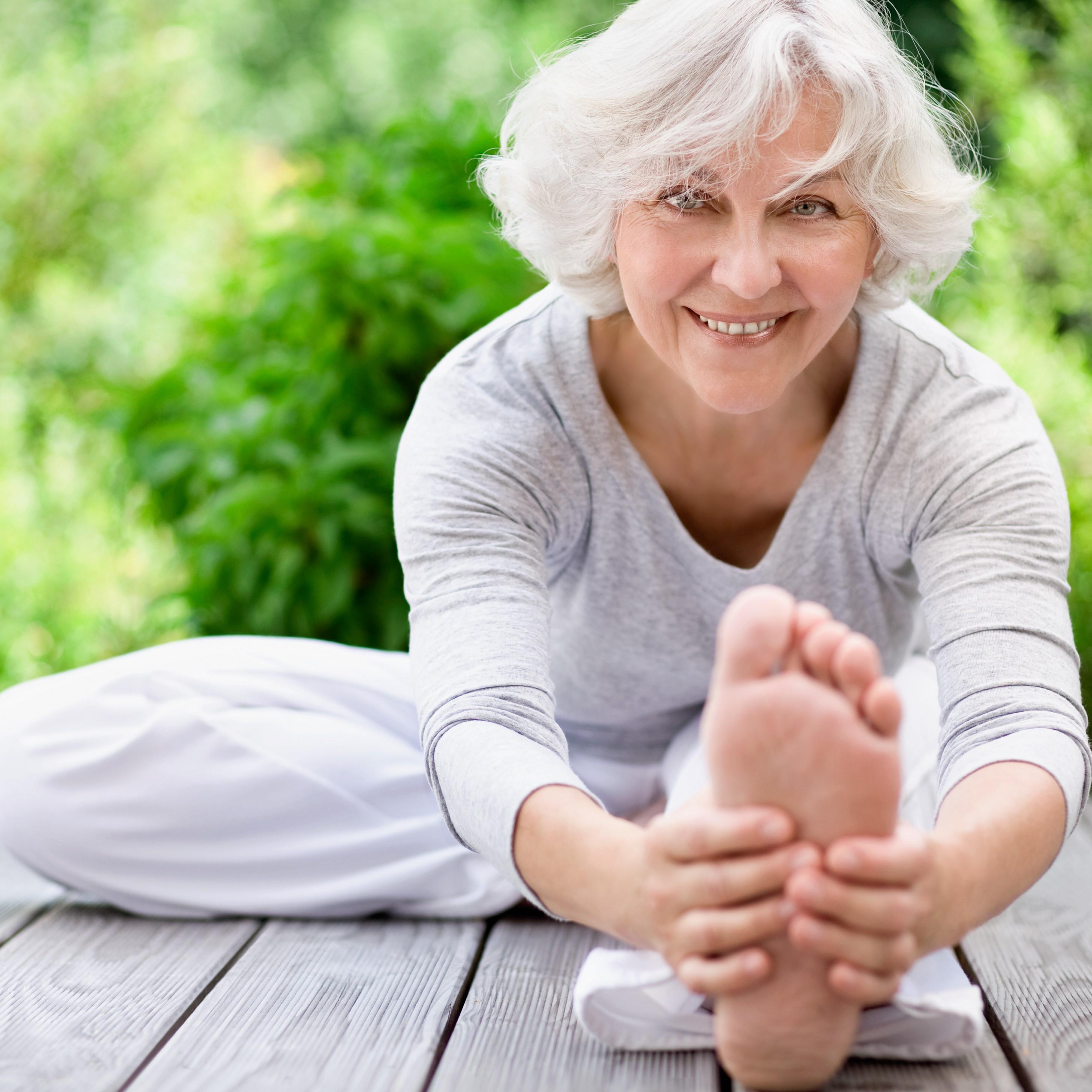 Seniorin-beim-Yoga-AdobeStock_51330801